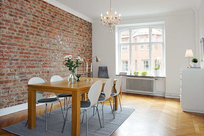 Dinding putih dipadukan dengan bata untuk rumah modern