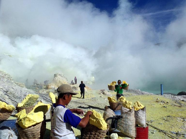 3 Tips Menengok Keindahan Blue Fire Di Kawah Ijen Dengan Aman Dan Nyaman